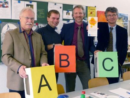 VHS-Direktor Hans-Peter Heyer, Jens Winkel und Achim Scholz vom ABC-Projekt, sowie Oberbürgermeister Gerhard Schwandner (v.li.)