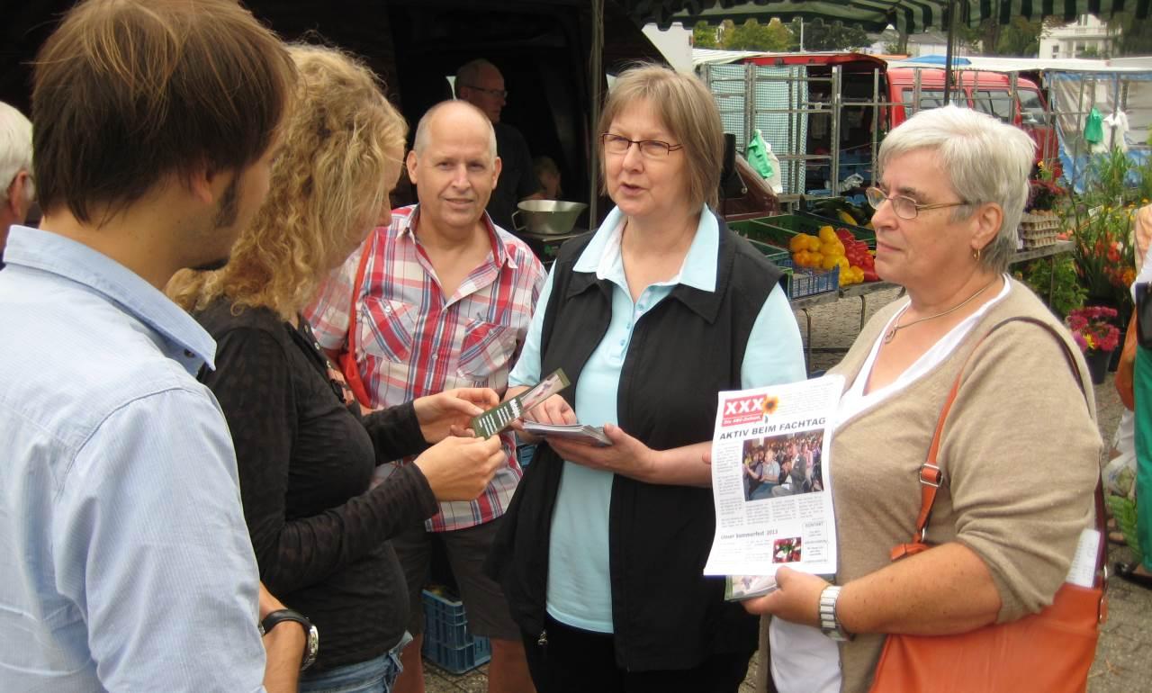 Mitglieder der ABC-Selbsthilfegruppe im Gespräch mit Wochenmarktbesuchern