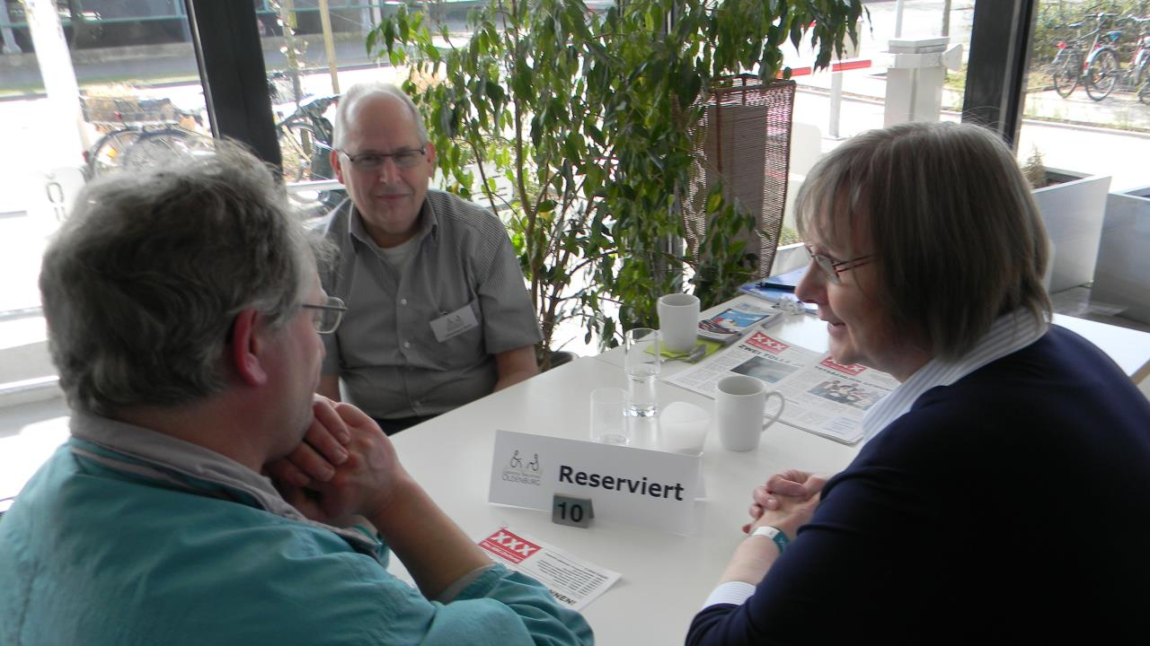 """von li. """"Buchausleiher"""" und die """"Bücher"""" Ernst Lorenzen und Brigitte van der Velde"""