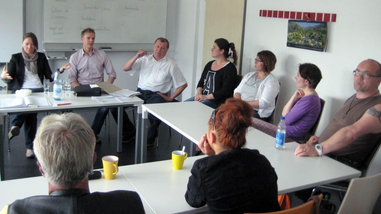 Diskussionsrunde mit Teilnehmern der AWB-Maßnahme und dem AG-Service