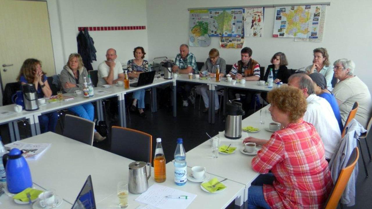 Lernende und ihre Begleiter im Workshop