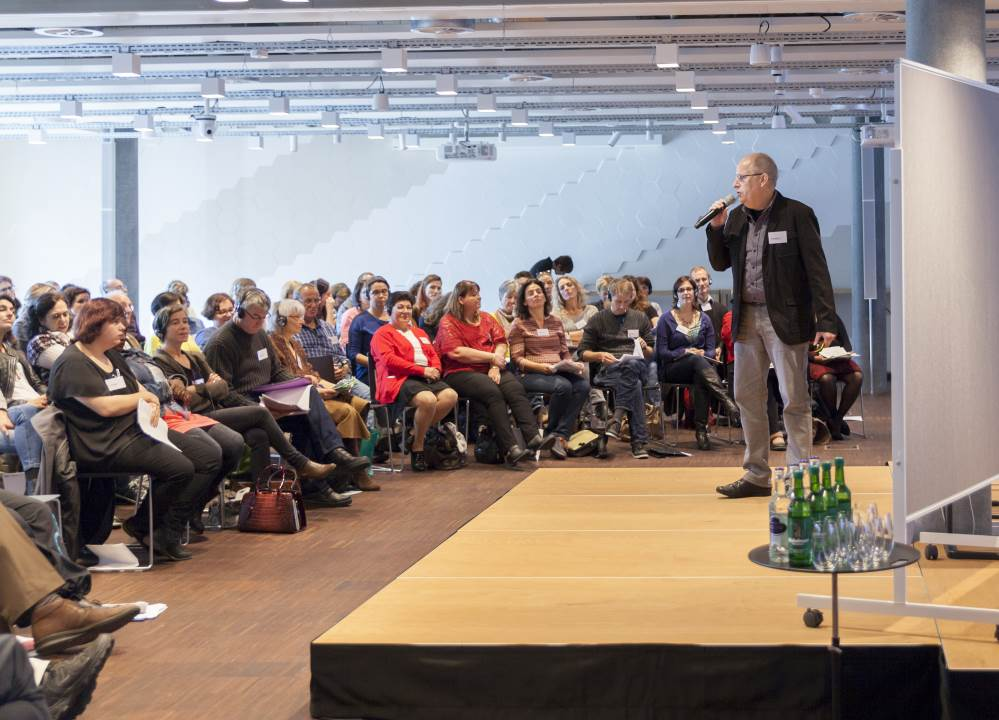 Ernst Lorenzen erläutert die Plakat-Aktion der ABC-Selbsthilfegruppe Oldenburg / Foto: Johanna Kotlaris