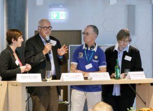von li.: Moderatorin, Kees Hammink, Theo van Kessel (beide Stichting ABC), Brigitte van der Velde (ABC-SHG) | Foto: Johanna Kotlaris