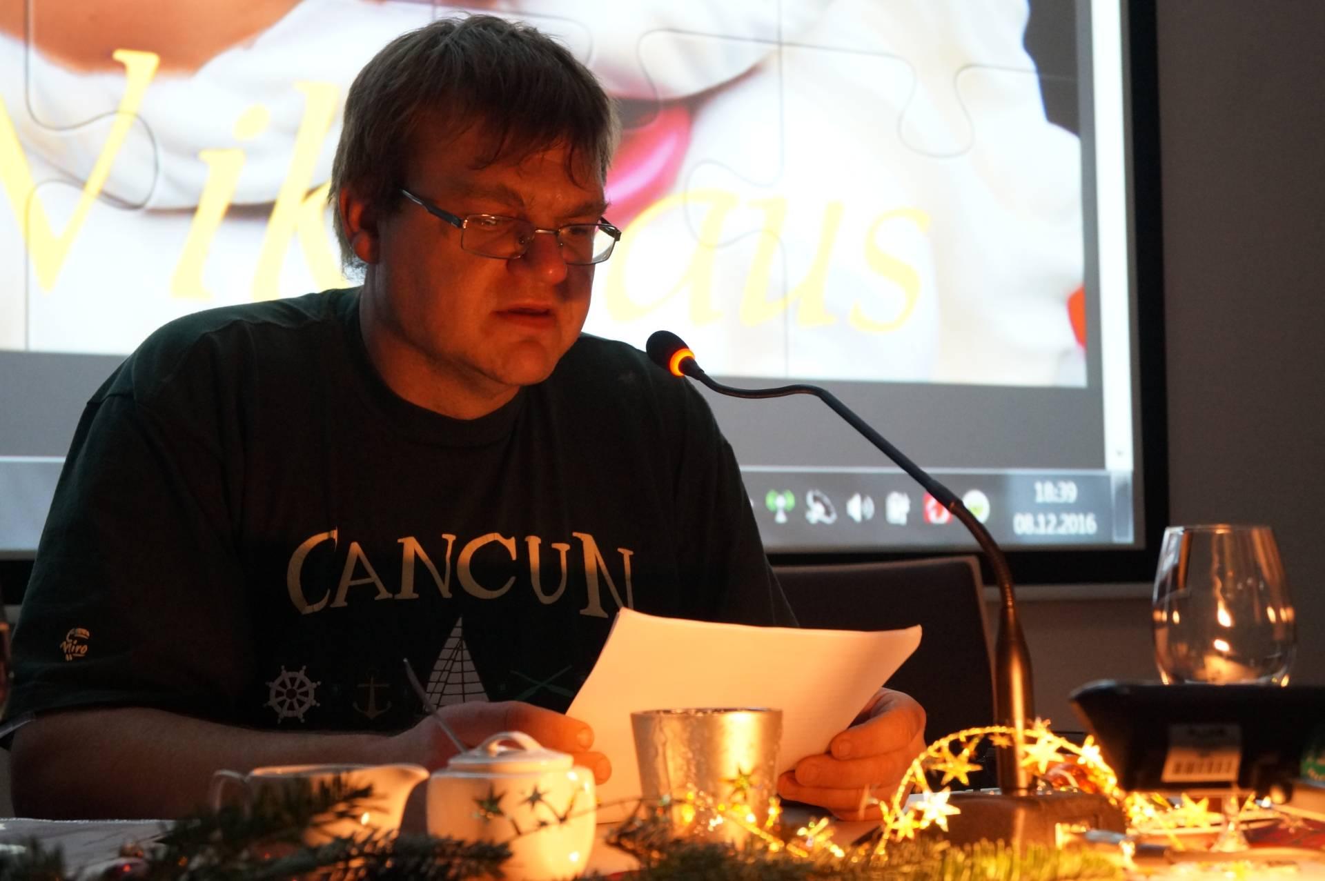 Ein Lerner liest eine selbst verfasste Weihnachtsgeschichte
