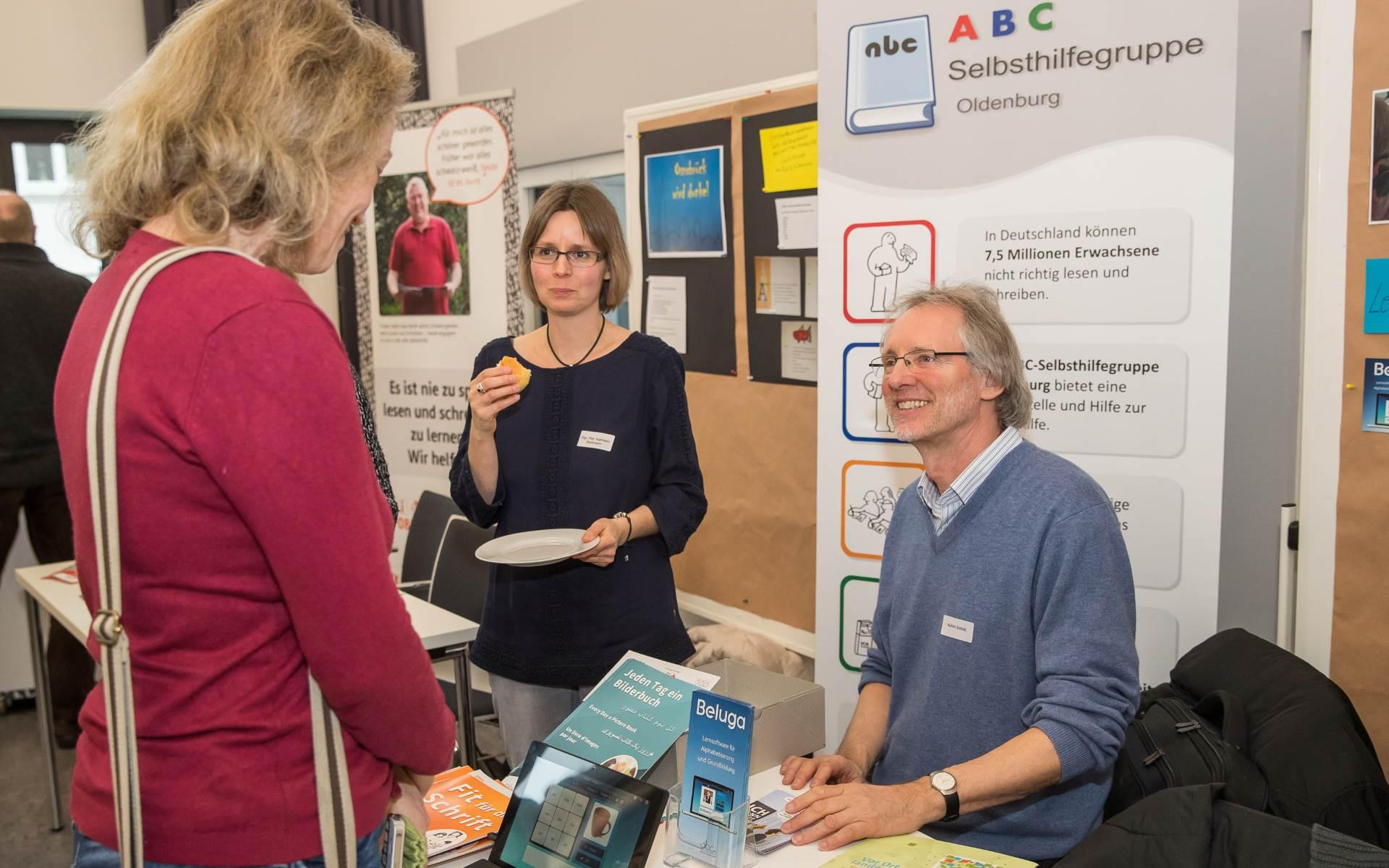 Kathleen Bleßmann und Achim Scholz am Infostand des RGZ Oldenburg | Foto: Axel Herzig