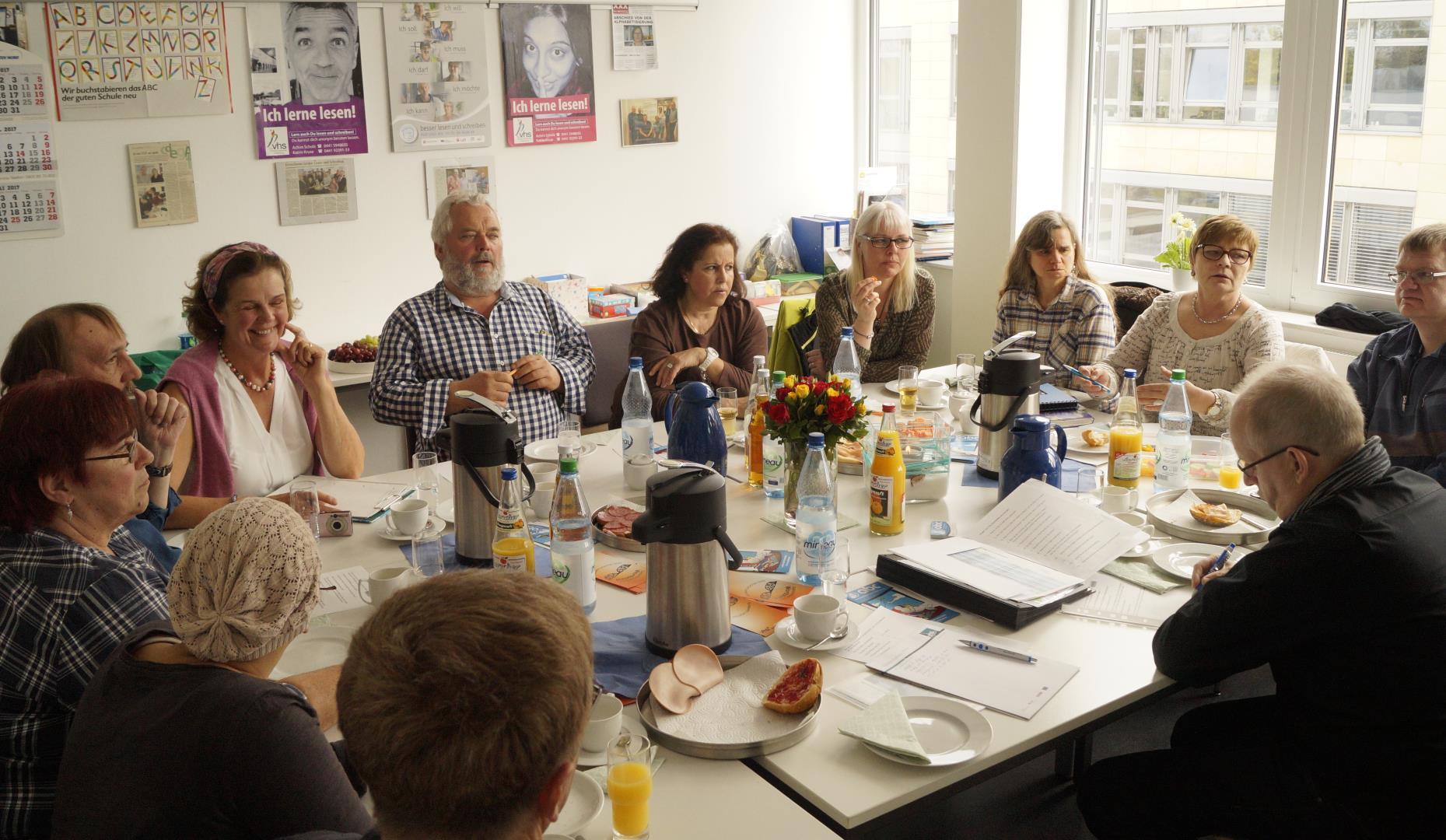 Mitglieder der Selbsthilfegruppen im angeregten Gespräch | Foto: Achim Scholz