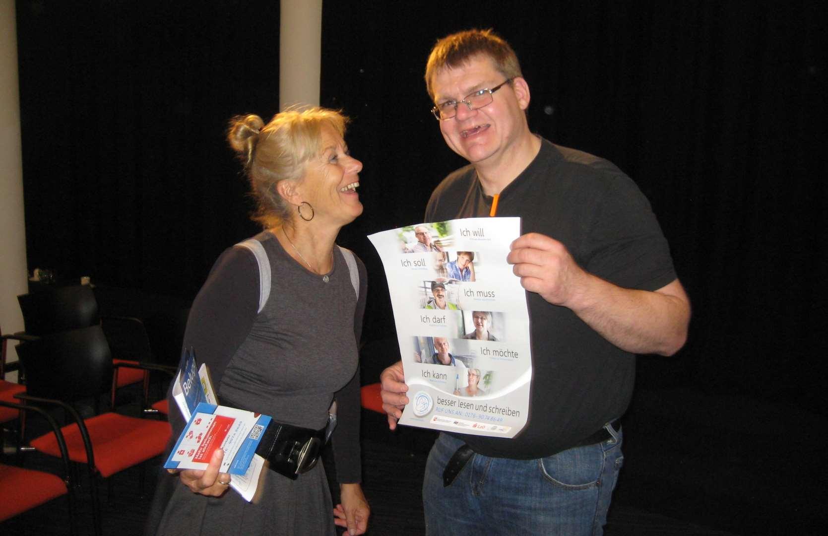 Lernbegleiterin Yvonne Simon-Nillesen aus Den Helder, Provinz Nordholland mit Lars Oeltjendiers von der ABC-Selbsthilfegruppe