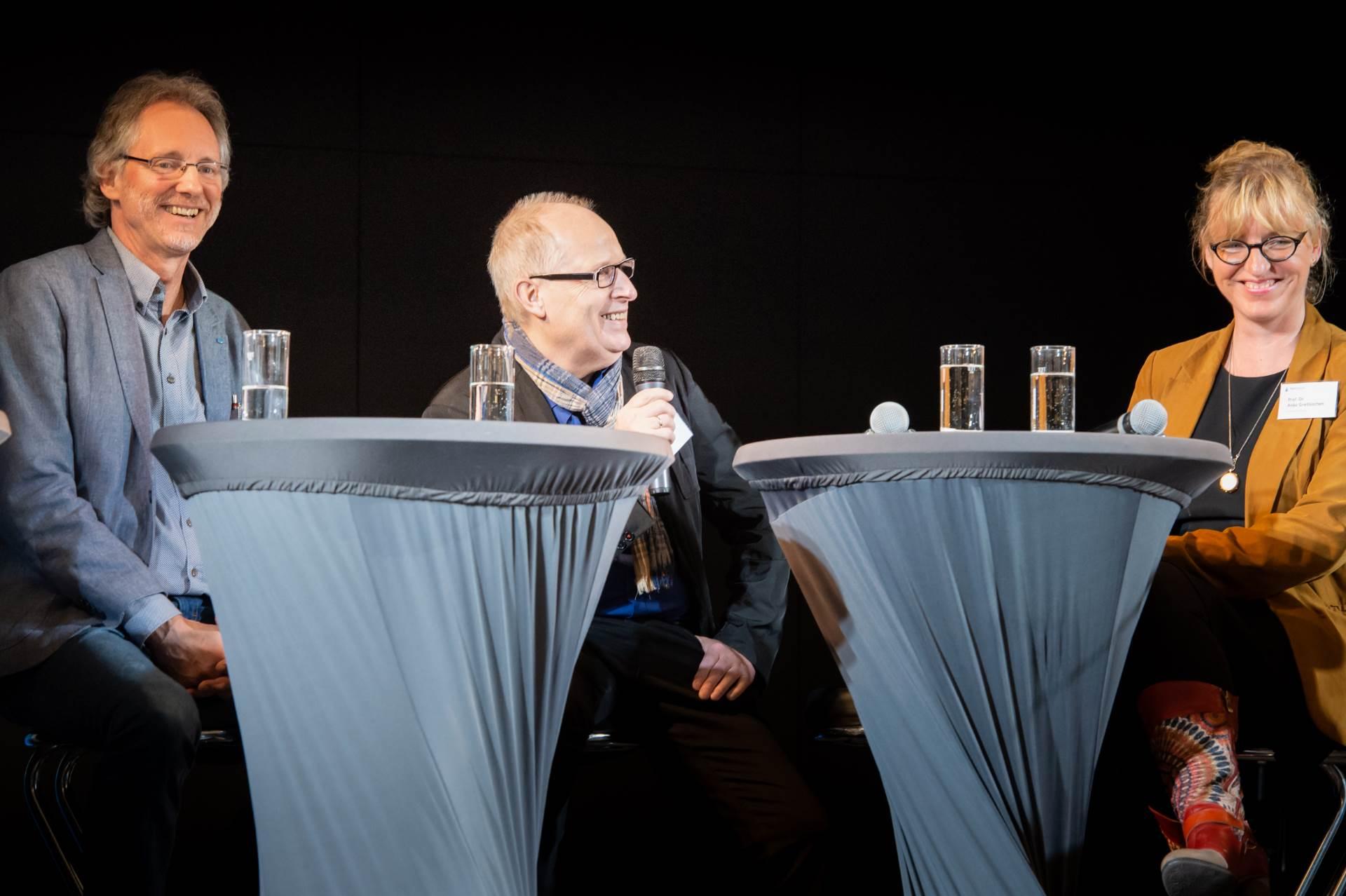 Foto von li.: Achim Scholz, Ernst Lorenzen, Prof. Dr. Anke Grotlüschen beim Tischgespräch der AlphaDekade © BMBF/ Scherm