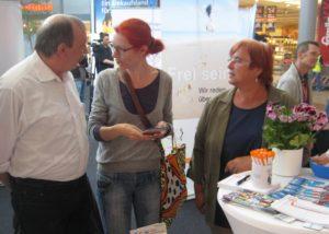 Hermann Fickenfrers und Bärbel Kitzing im Gespräch mit einer Besucherin am Infostand | Foto: Achim Scholz