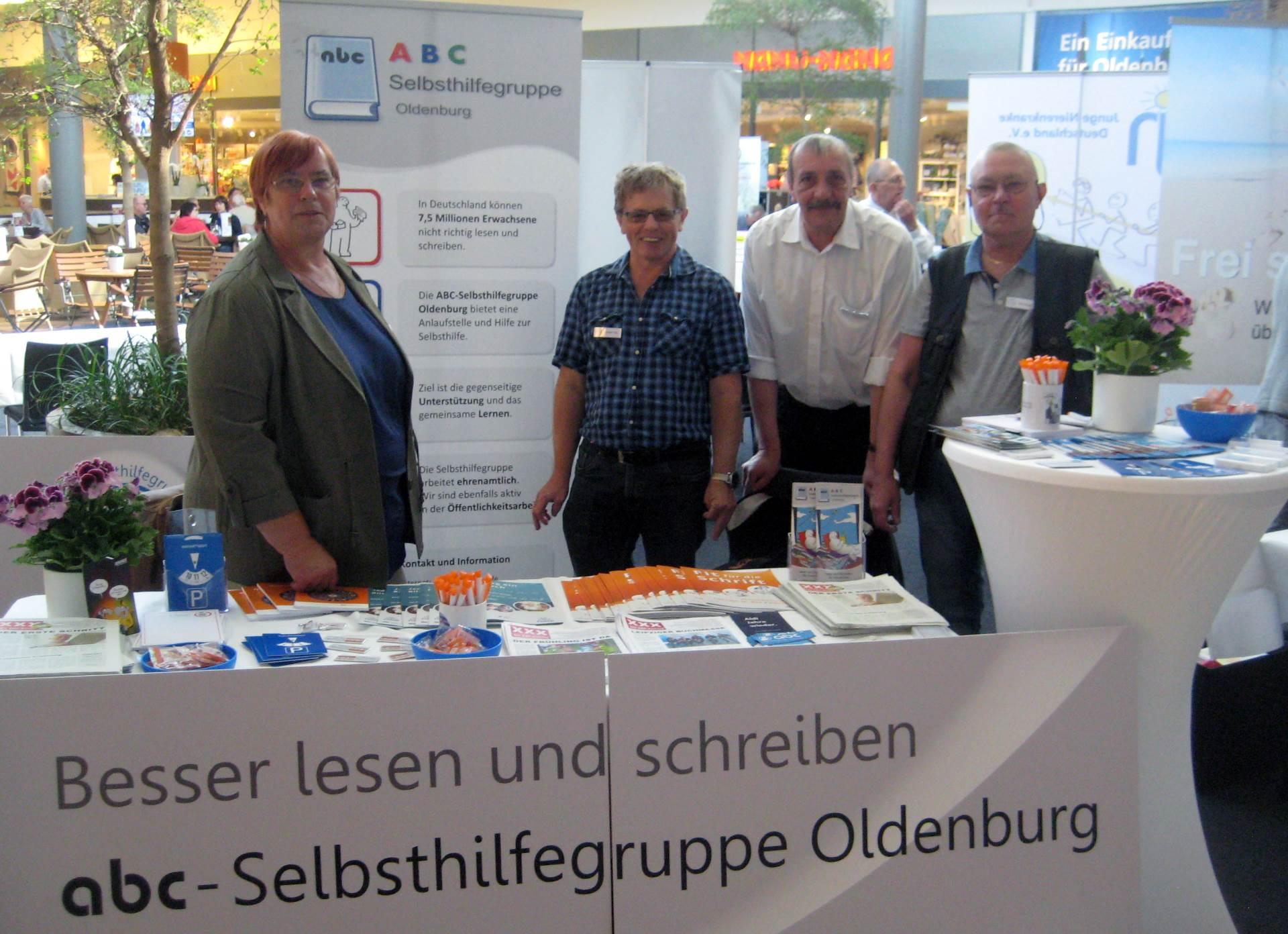Mitglieder der ABC-Selbsthilfegruppe an ihrem Infostand | Foto: Achim Scholz