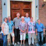 Die Oldenburger Gästegruppe mit Kees Hammink und Gerrie Overwell am Eingang der Volksuniversiteit Utrecht.