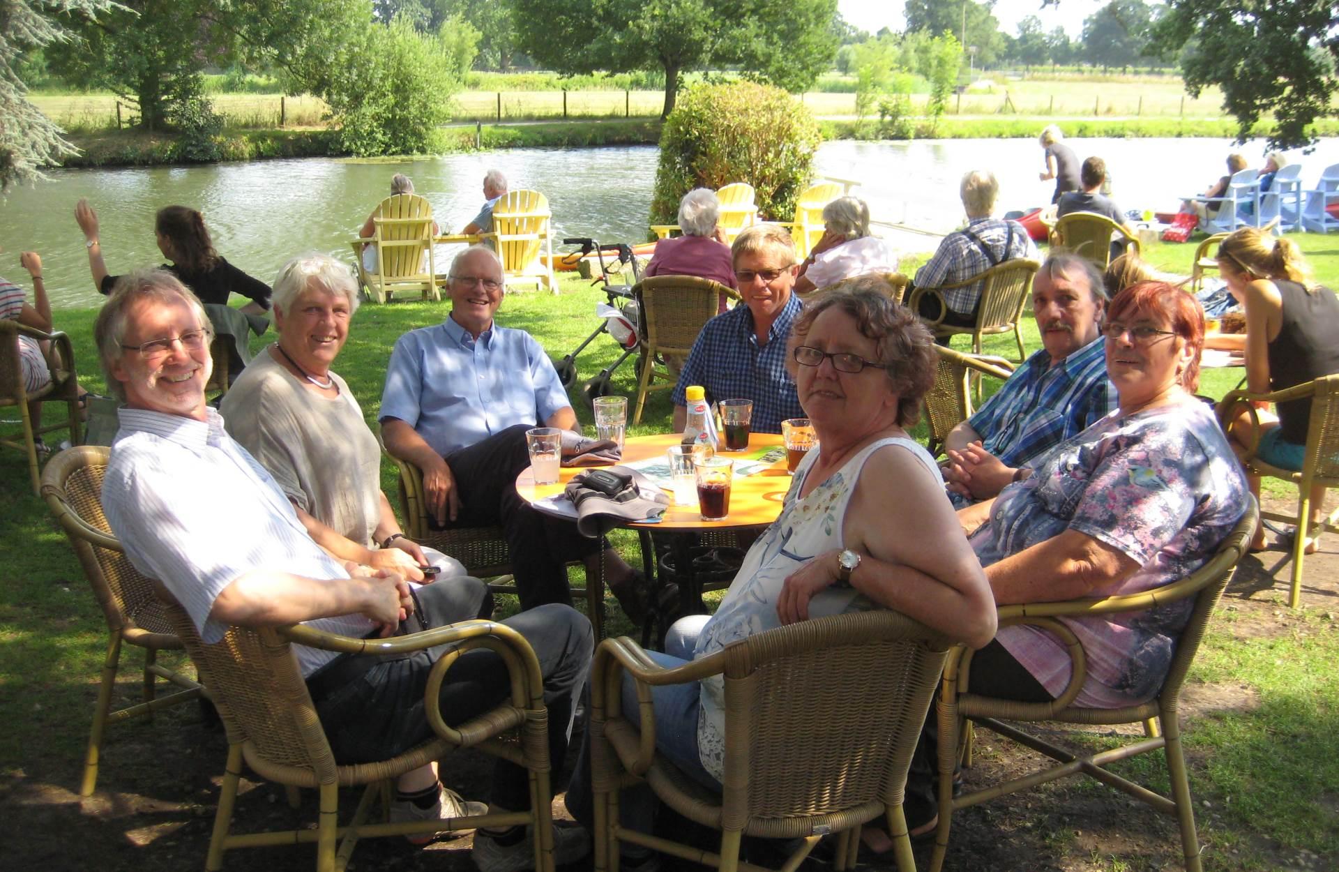 Gastgeber und Gäste am Teehaus Rhynauen nahe Utrecht