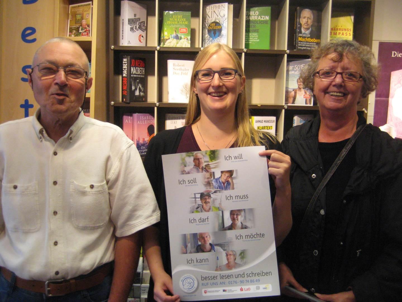 Klaus Maaß und Maggi Böhm von der ABC-Selbsthilfegruppe in einem Buchladen