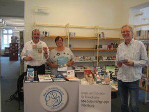 Hermann Fickenfrers, Bärbel Kitzing und Achim Scholz in der Stadtbibliothek
