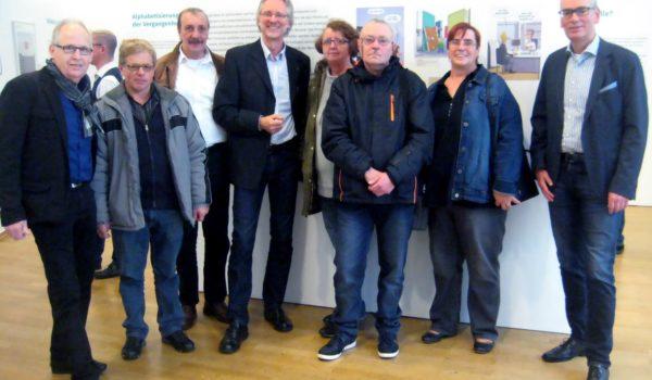Foto: Mitglieder der ABC-SHG mit Achim Scholz (4. von li.) und VHS-Direktor Andreas Gögel (re.) bei der Ausstellungseröffnung