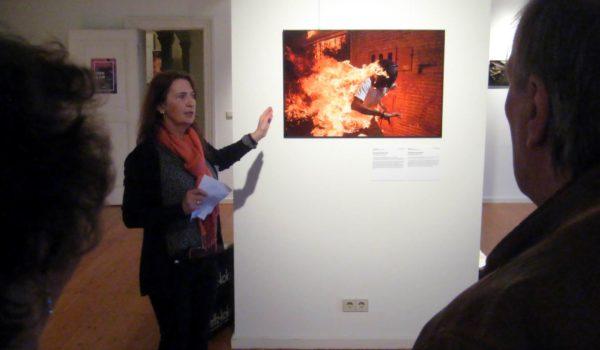 Eva Frömchen erzählt die Geschichten zu den Fotos in einfacher Sprache | Foto: Achim Scholz