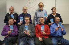 Die ABC-Selbsthilfegruppe Oldenburg mit ihrem neuen Flyer. Obere Reihe 2. v. li. Ernst Lorenzen, re. daneben Achim Scholz. Einige Teilnehmer fehlen auf dem Foto.
