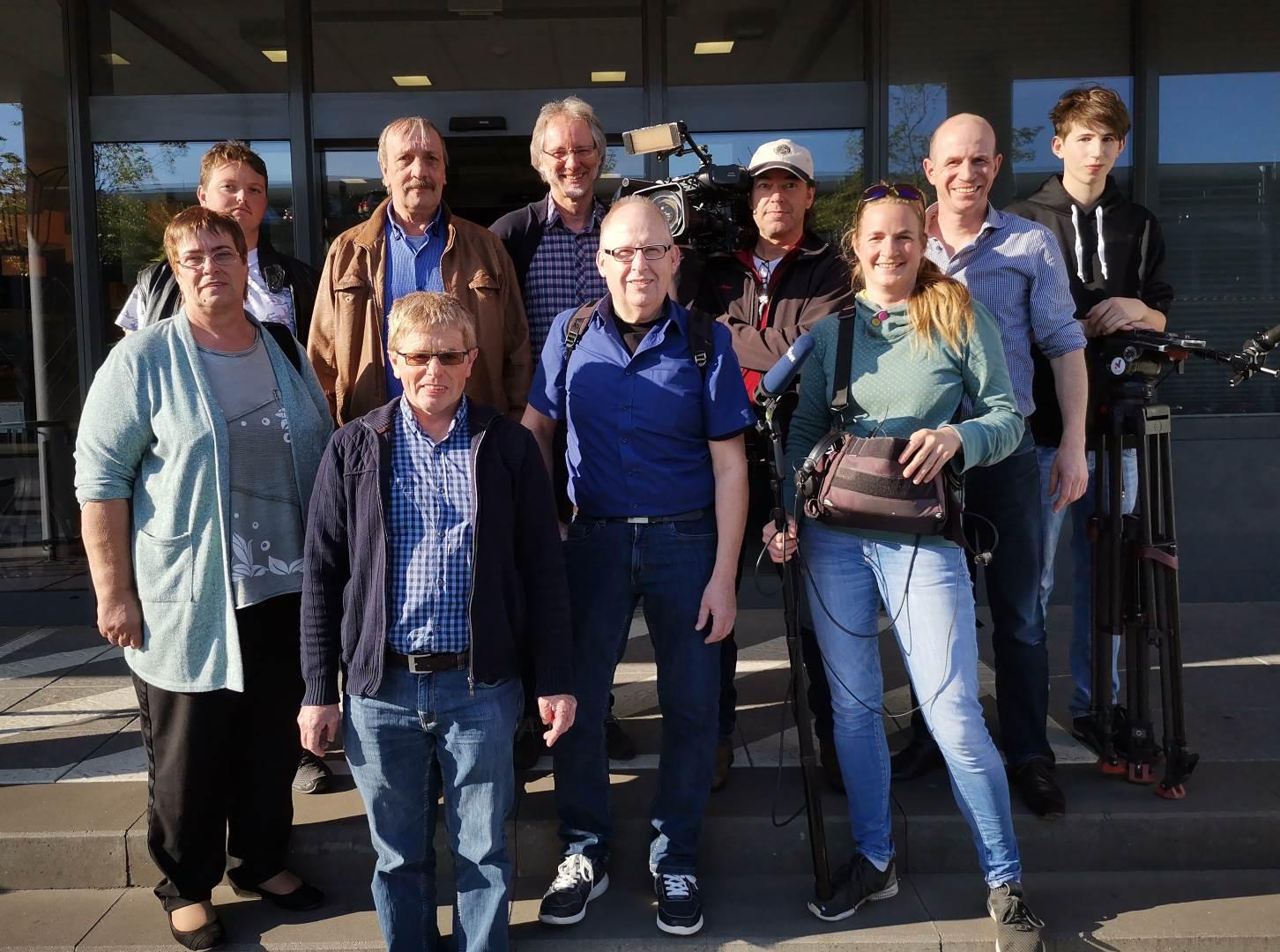 Das NDR-Fernsehteam und die Protagonisten eines Lese- und Schreibkurses nach vierstündigen Dreharbeiten vom dem VHS-Gebäude