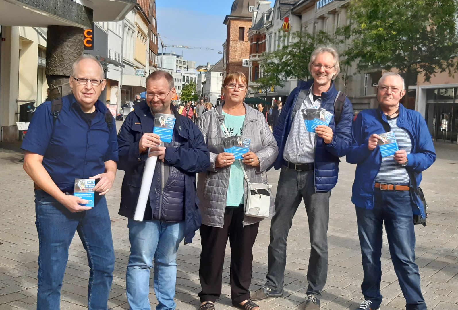 Von li.: Ernst, Markus, Bärbel, Achim, Klaus mit Handzetteln in der Oldenburger Innenstadt