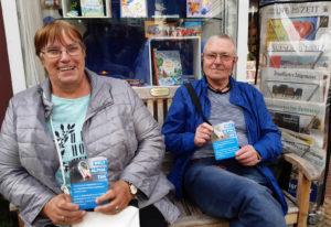 Akteure der ABC-Selbsthilfegruppe vor einem Buchladen