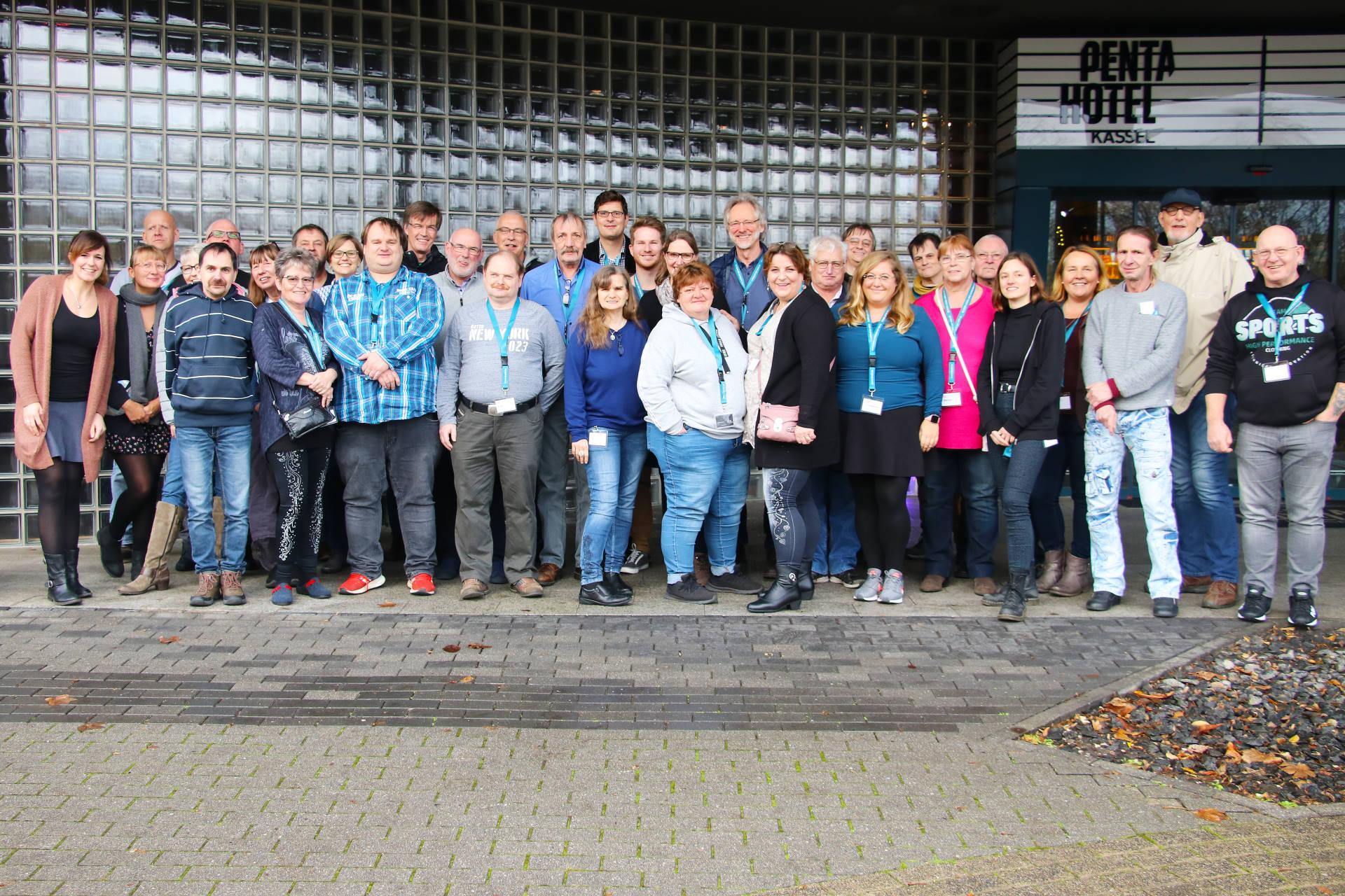 Teilnehmende der Workshops zur Öffentlichkeitsarbeit vor dem Tagungshotel